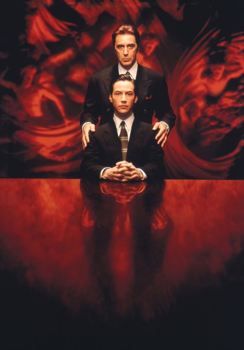 Der teuflische John Milton (Al Pacino, hinten) hat mit dem Neuling Kevin Lomax (Keanu Reeves, vorne) große Pläne ... - Bildquelle: Warner Bros.