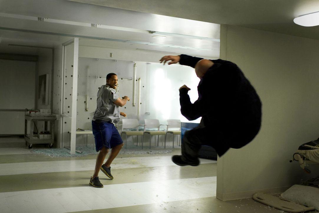Pech gehabt! Mountain Man (David Mattey, r.) läuft Hancock (Will Smith, l.) direkt vor die Fäuste ... - Bildquelle: Sony Pictures