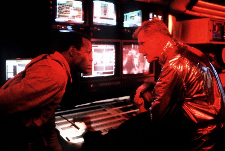 Detective Harrigan (Danny Glover, r.) und der zwielichtige FBI-Agent Keyes (Gary Busey, l.) tüfteln einen Plan aus, um den Außerirdischen außer Gefe... - Bildquelle: 1990 Twentieth Century Fox Film Corporation.