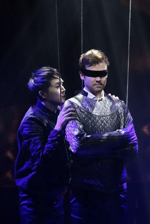 Berühmt für seine spektakulären Bühnenshows - Cameron Black (Jack Cutmore-Scott, r.) hat sich einen Namen in der Welt der Illusionisten gemacht. Bis... - Bildquelle: Warner Bros.
