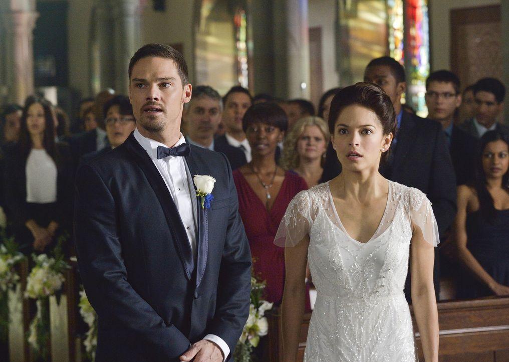 Warum bekommen sämtliche Polizisten bei der Hochzeit auf einmal Anrufe? Catherine (Kristin Kreuk, r.) und Vincent (Jay Ryan, l.) sind in Alarmbereit... - Bildquelle: Ben Mark Holzberg 2015 The CW Network, LLC. All rights reserved.