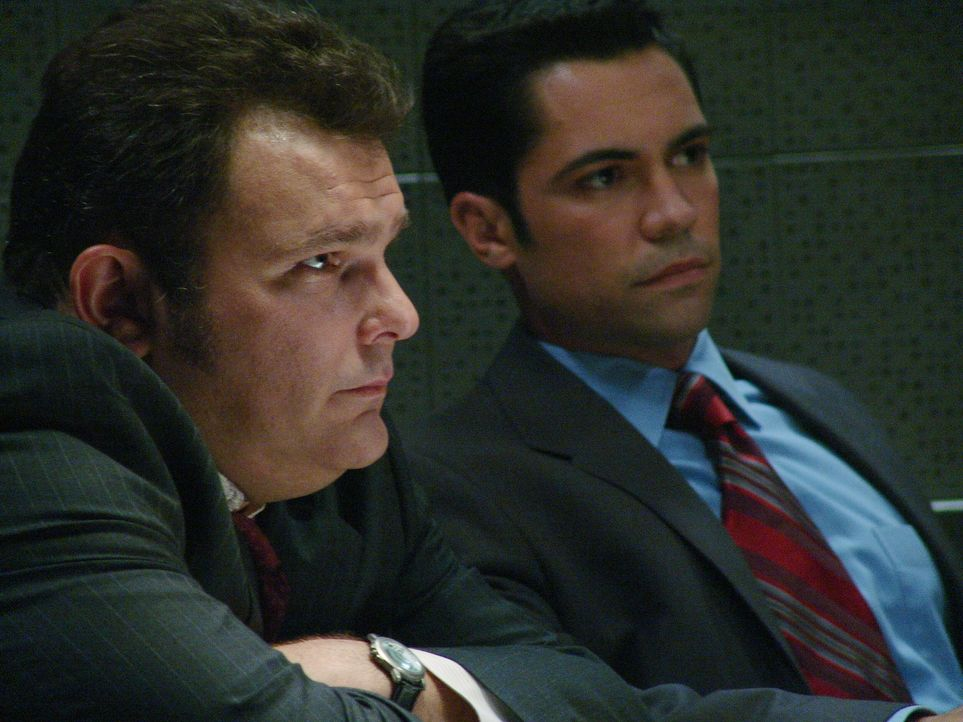 Der aktuelle Fall bereitet Det. Nick Vera (Jeremy Ratchford, l.) und Det. Scott Valens (Danny Pino, r.) Kopfzerbrechen ... - Bildquelle: Warner Bros. Television