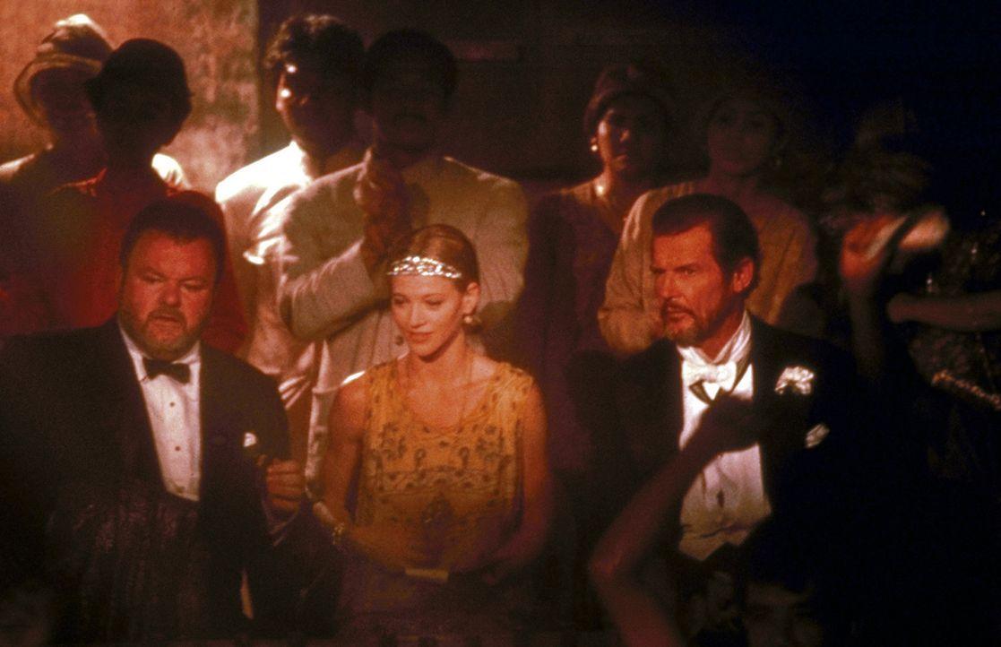 Auch Chris' Freunde, die Piraten Dobbs (Roger Moore, r.) und Harry (Jack McGee, l.), schließen die hübsche Carrie (Janet Gunn, M.) schnell in ihr... - Bildquelle: Universal Pictures