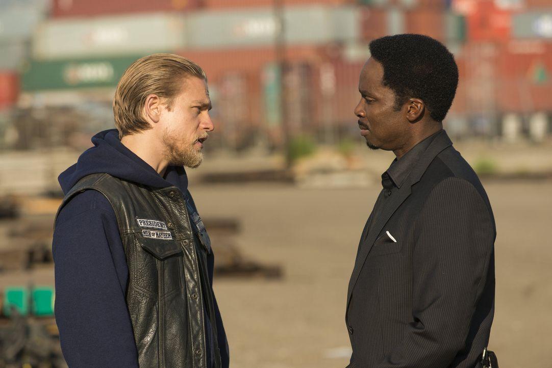 Die Differenzen zwischen Jax (Charlie Hunnam, l.) und Pope (Harold Perrineau, r.) steigern sich ins Unermessliche ... - Bildquelle: 2012 Twentieth Century Fox Film Corporation and Bluebush Productions, LLC. All rights reserved.