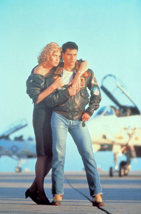 Maverick (Tom Cruise, r.) hat das harte Top Gun-Programm mit Bravour bestanden. Nun kann er sich endlich seiner großen Liebe Charlie (Kelly McGilli... - Bildquelle: PARAMOUNT PICTURES CORPORATION