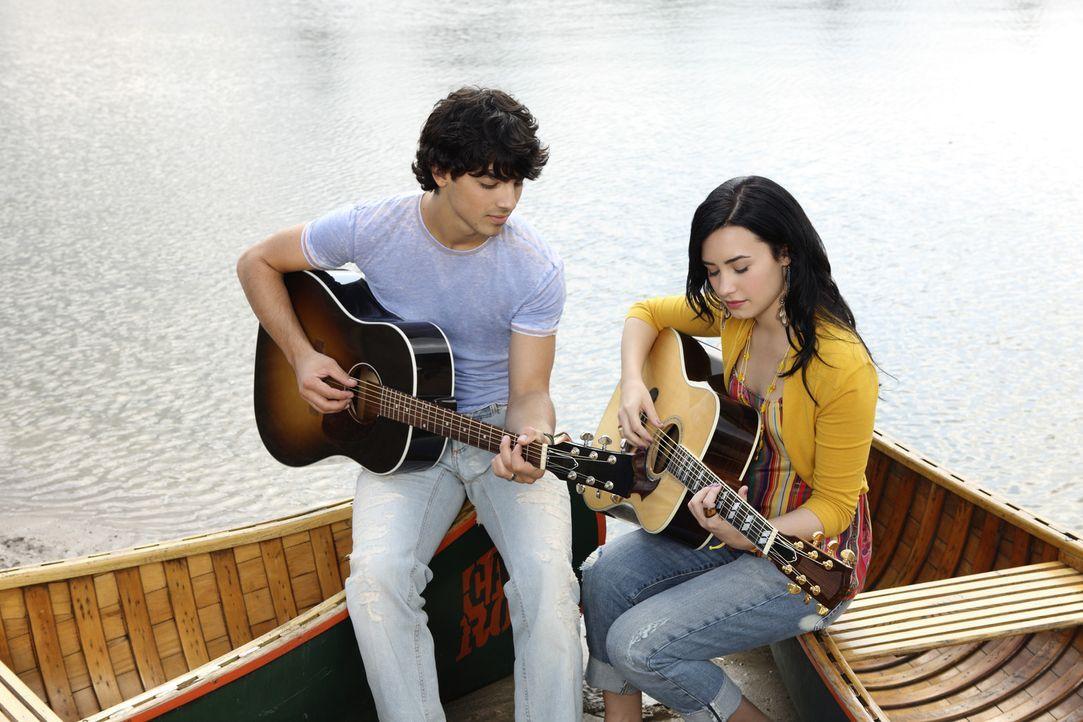 Nehmen den Kampf mit dem anderen Musik-Camp auf: Shane (Joe Jonas, l.) und Mitchie (Demi Lovato, r.) ... - Bildquelle: Disney