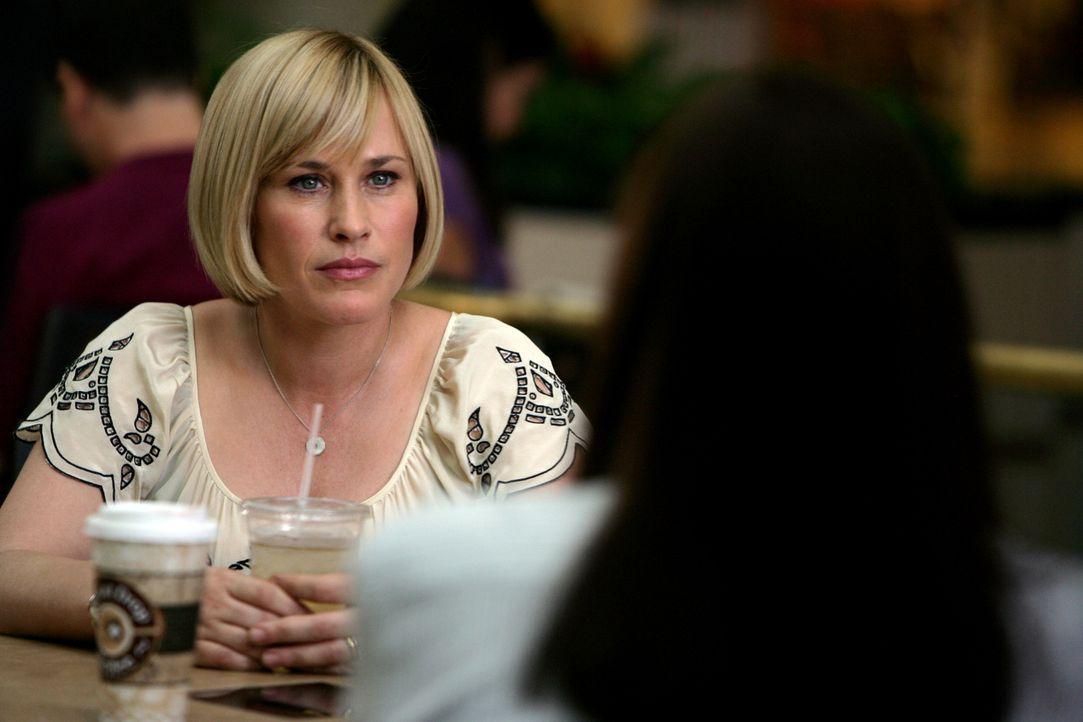 """Cynthia Keener (Anjelica Huston, r.), Ermittlerin bei """"Ameritips"""", trifft sich mit Allison (Patricia Arquette, l.), nimmt aber sofort Abstand von ei... - Bildquelle: Paramount Network Television"""