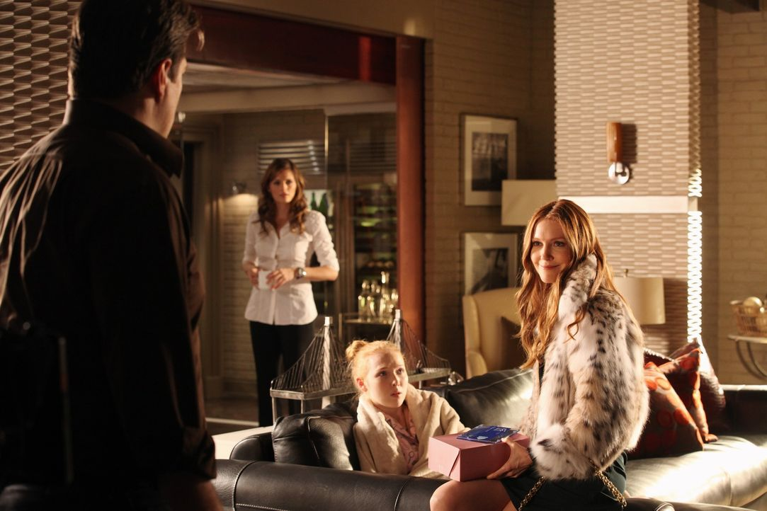 Kate (Stana Katic, 2.v.l.) ist alles andere als begeistert, dass Castles (Nathan Fillion, l.) Ex-Frau Meredith (Darby Stanchfield, r.) für ein paar... - Bildquelle: 2012 American Broadcasting Companies, Inc. All rights reserved.