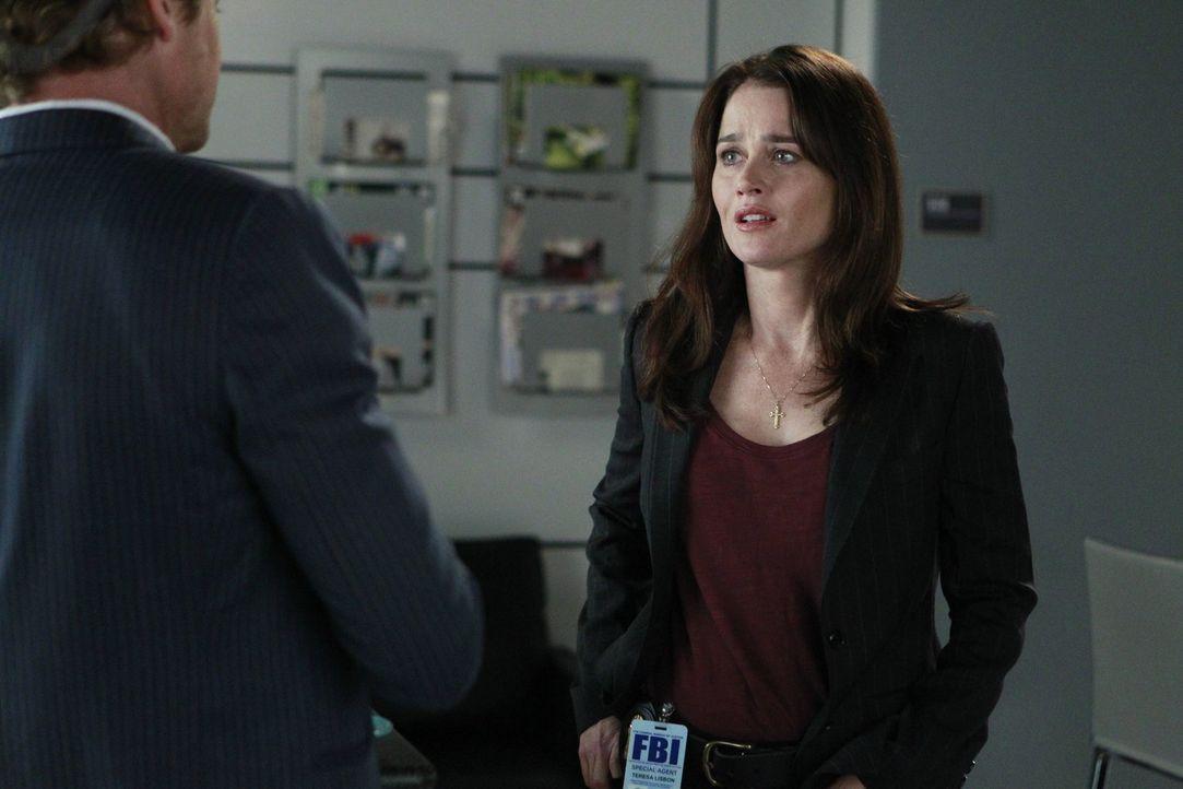 Bei den Ermittlungen in einem neuen Fall gehen sie ein großes Risiko ein: Jane (Simon Baker, l.) und Lisbon (Robin Tunney, r.) ... - Bildquelle: Warner Bros. Television