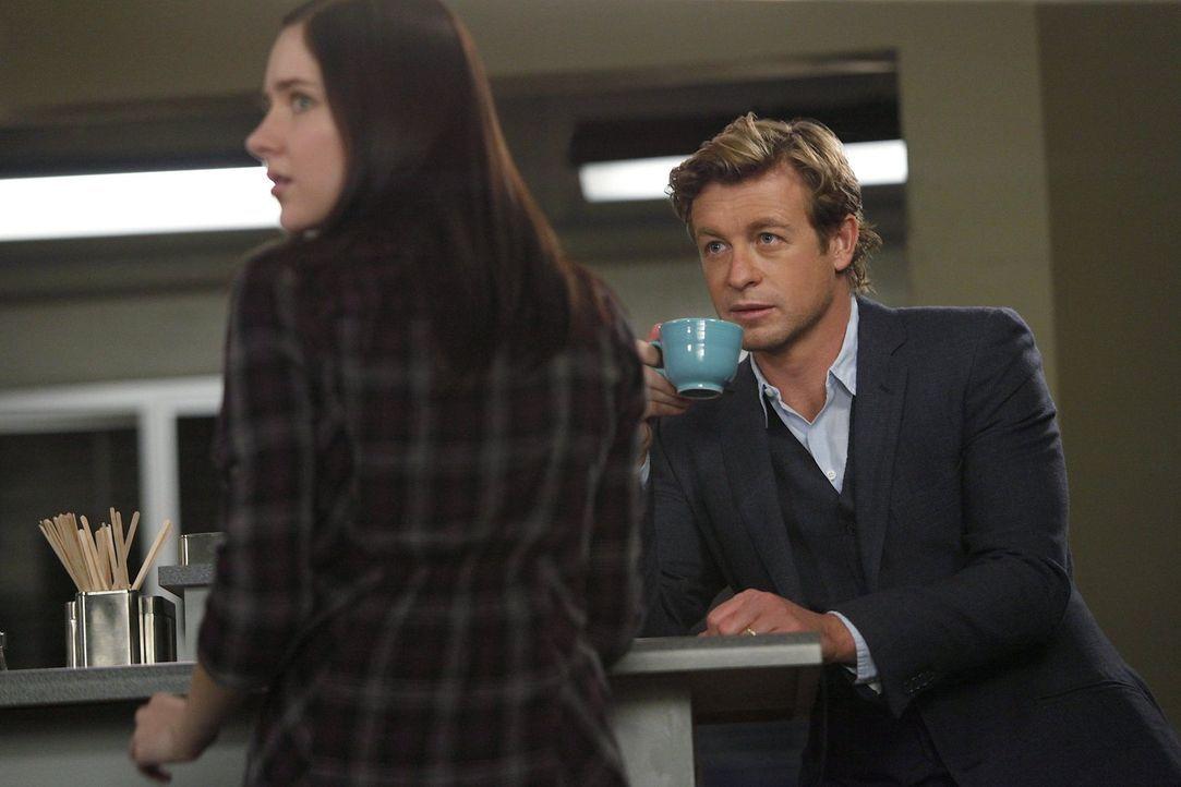 Gemeinsam mit Patrick (Simon Baker, r.) will Liesl Braddock (Haley Ramm, l.), den Mörder ihres Vaters finden ... - Bildquelle: Warner Bros. Television