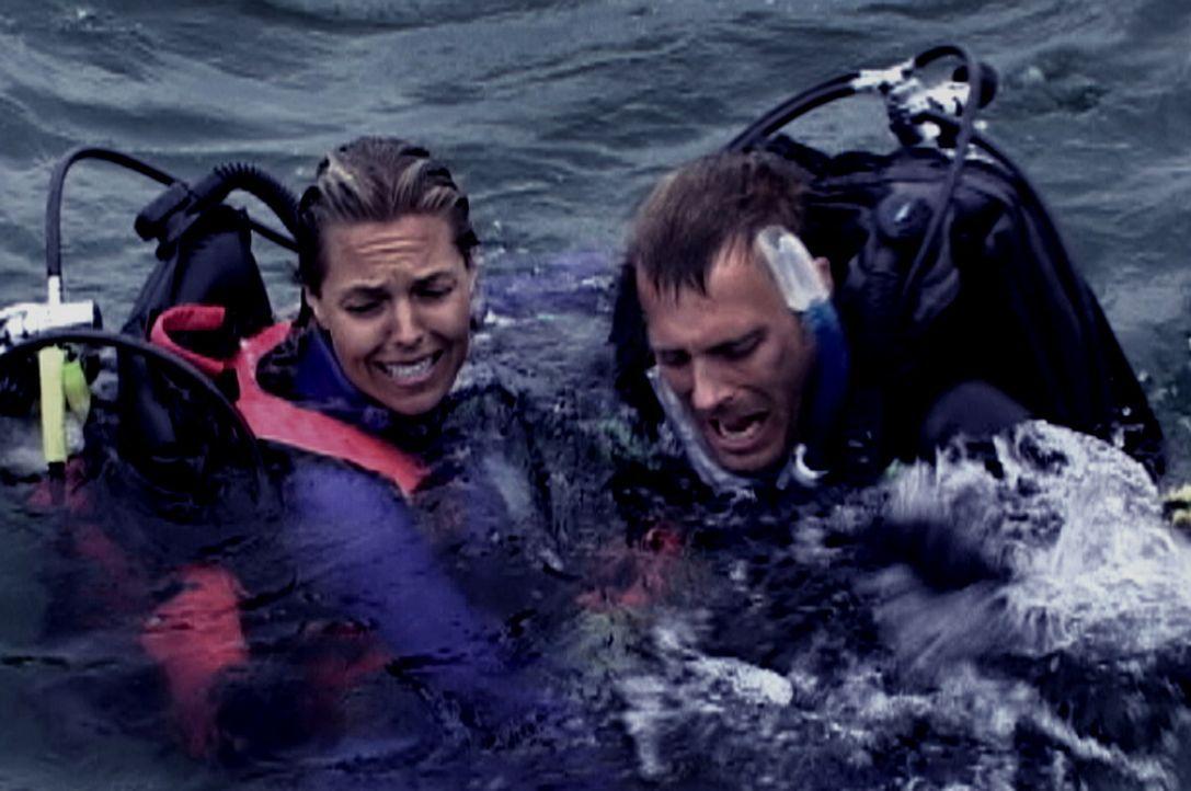 Ein gnadenloser Kampf ums Überleben beginnt für die im Ozean Vergessenen: Susan (Blanchard Ryan, l.) und Daniel (Daniel Travis, r.) ... - Bildquelle: Laura Lau 2004 Lions Gate Films. All Rights Reserved.