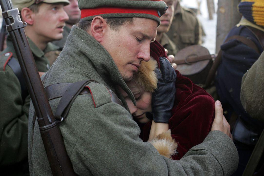 Der Befehl ist eindeutig. Anna Sorensen (Diane Kruger, r.) muss ihren Geliebten Nikolaus Sprink (Benno Fürmann, l.) an die Front ziehen lassen ... - Bildquelle: Lolafilms S.A.