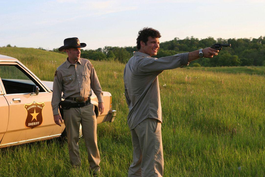Noch ahnt der junge Volkszähler Steve Kady (Jeremy Sisto, r.) nicht, dass Cop Bobby Caine (Fred Durst, l.) viele Mittel und Wege kennt, die Flucht a... - Bildquelle: Sony 2007 CPT Holdings, Inc.  All Rights Reserved