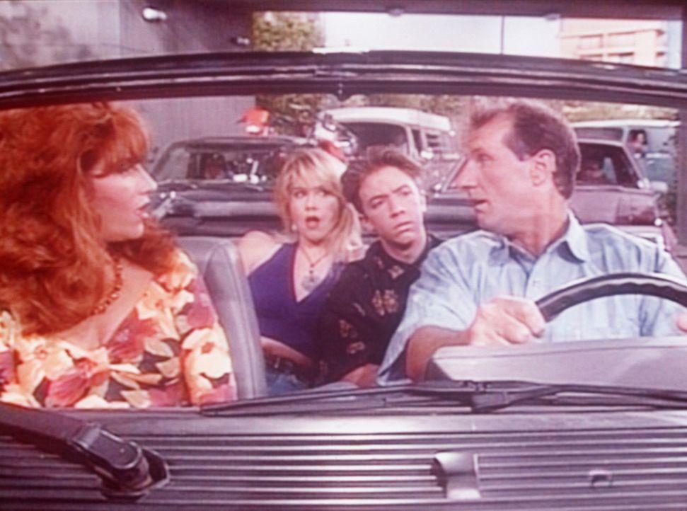 Während sich Al (Ed O'Neill, r.), Kelly (Christina Applegate, 2.v.l.) und Bud (David Faustino) über den Stau ärgern, denkt Peggy (Katey Sagal, l.... - Bildquelle: Columbia Pictures