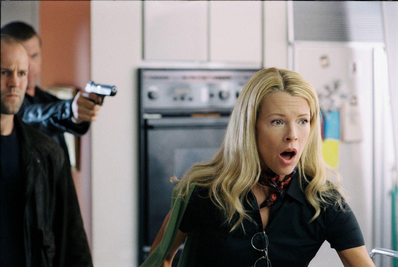 Jessicas (Kim Basinger) idyllische Lebensweise ist beendet, als unbekannte Männer in ihr Haus eindringen, sie kidnappen und auf einem Dachboden ein... - Bildquelle: Warner Bros. Pictures