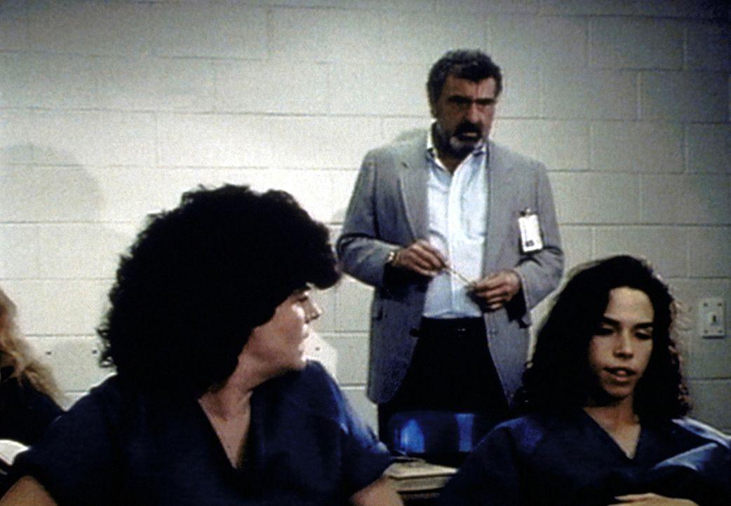 Während Marks (Victor French, M.) Unterricht setzen bei Maria Rojas (Tasia Valenza, r.) die Wehen ein. - Bildquelle: Worldvision Enterprises, Inc.