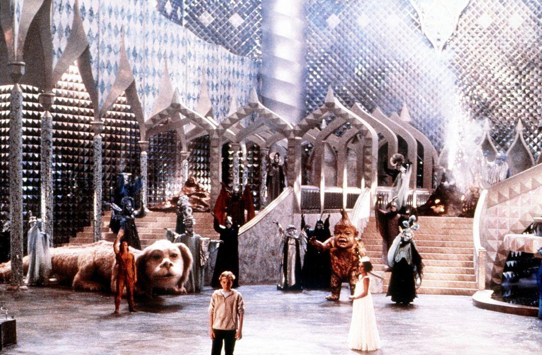 Phantásien ist gerettet, und Bastian (Jonathan Brandis, M.) muss sich von seinen Freunden Fuchur, Felsenbeißer jr. (Colin Gilder, hinten r.), Atre... - Bildquelle: Warner Bros.