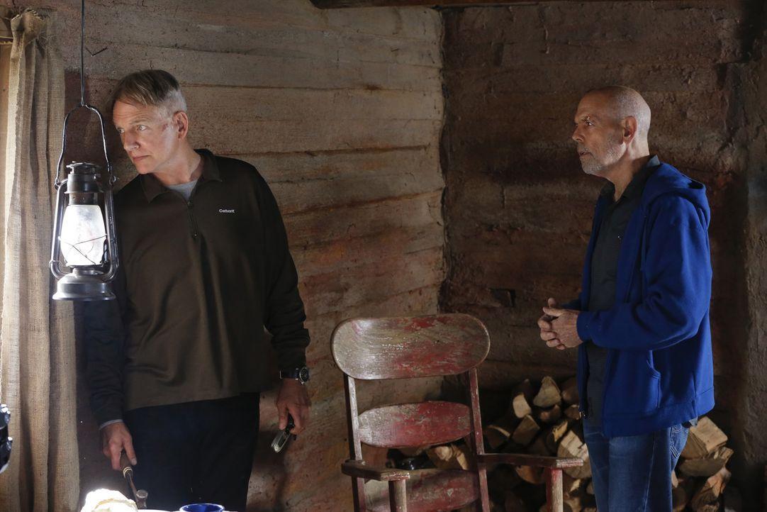 Gibbs (Mark Harmon, l.) muss seinen Freund Fornell (Joe Spano, r.) aus der Klemme befreien, denn dieser hat in seiner Trauer um seine Ex-Frau Diane,... - Bildquelle: CBS Television