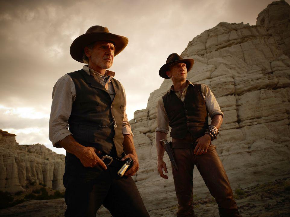 Als Aliens eine Invasion planen, müssen sich der einsame Cowboy und Gangsterboss Jake Lonergan (Daniel Craig, r.) und der herrische Viehbaron Dolarh... - Bildquelle: (2011) DREAMWORKS II DISTRIBUTION CO., LLC and UNIVERSAL STUDIOS.