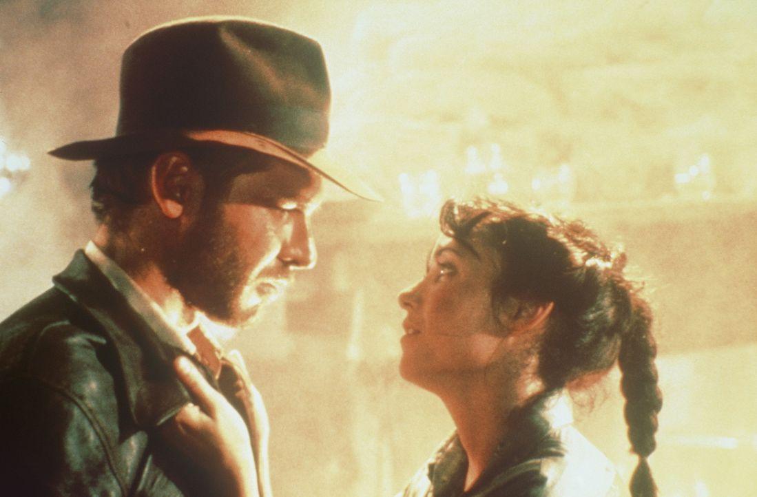 Der Archäologieprofessor Indiana Jones (Harrison Ford, l.) und seine Freundin Marion (Karen Allen, r.) müssen viele Abenteuer bestehen, bis sie di... - Bildquelle: Paramount Pictures