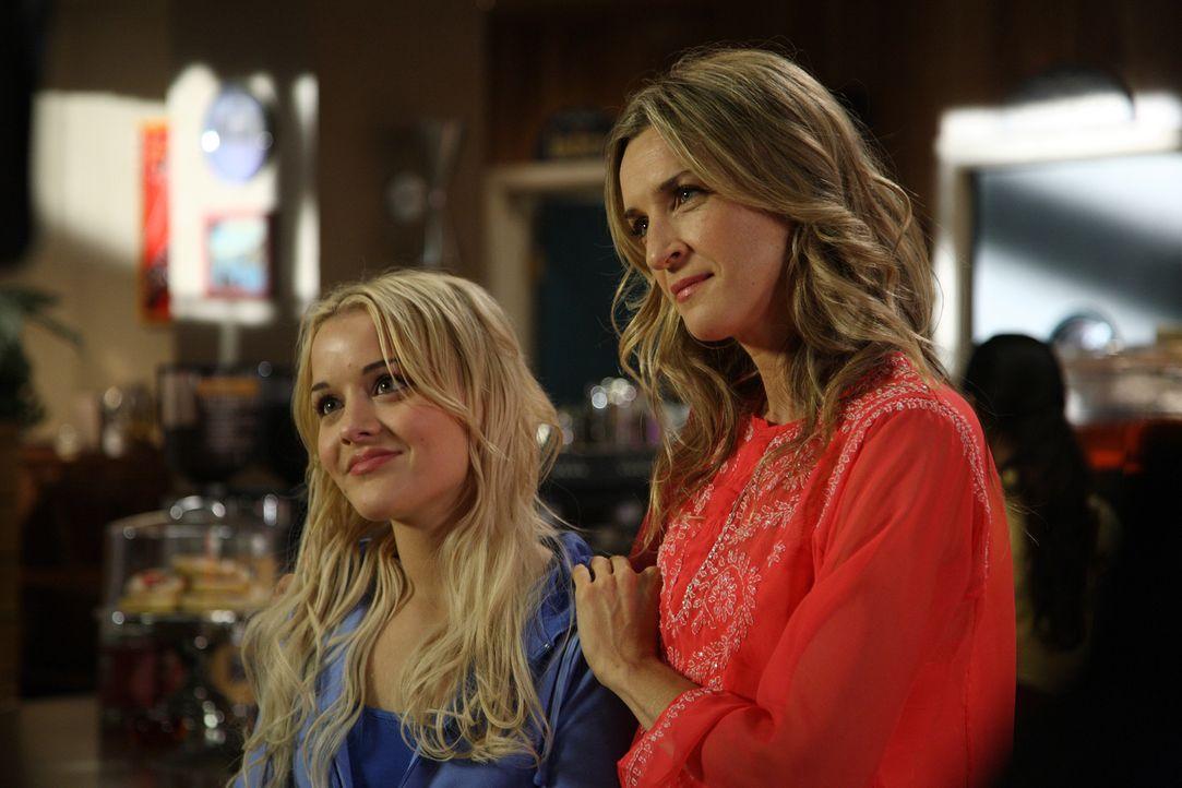 Ahnen noch nicht, dass sie bald in große Gefahr geraten: Zoe (Jordan Hinson, l.) und Lexi (Ever Carradine, r.) ... - Bildquelle: Universal Television