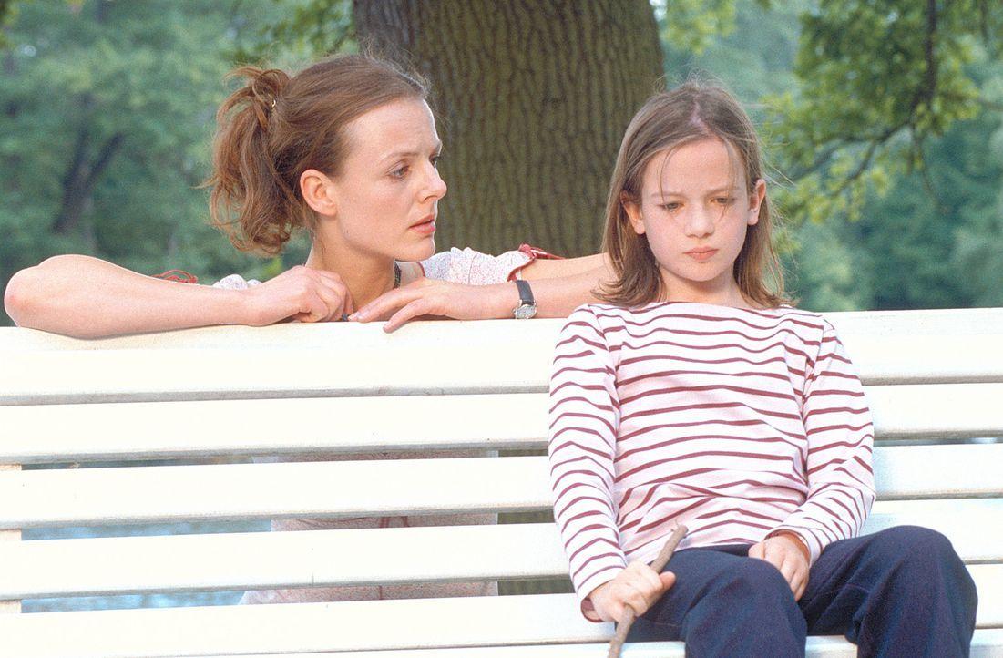 """Dem neuen """"Kindermädchen"""" Jenny (Annika Pages, l.) gelingt es, Lilly (Nina Gummich, r.) aus der Reserve zu locken. Doch nach wie vor stößt die Kl... - Bildquelle: Mühle ProSieben"""