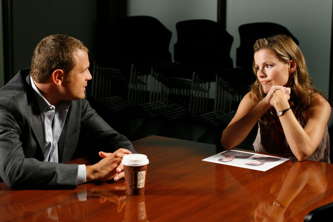 Was weiß Diana (Kathleen Robertson, r.) über den Mord an Mrs. Caffey? Scanlon (David Cubitt, l.) fühlt ihr auf den Zahn ... - Bildquelle: Paramount Network Television