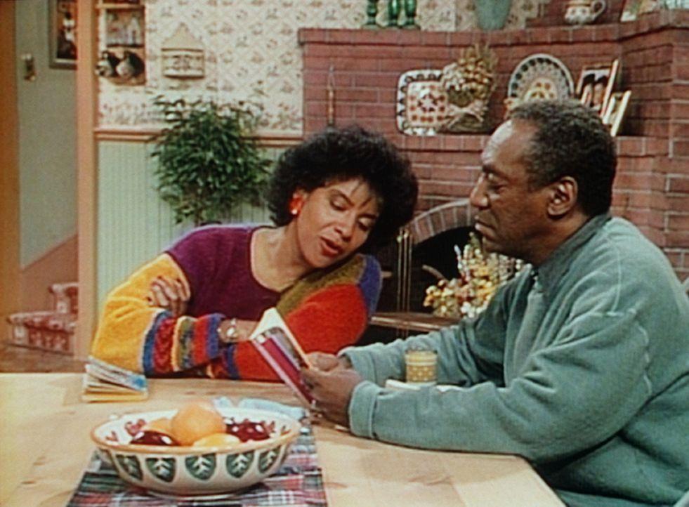 Clair (Phylicia Rashad, l.) rächt sich an Cliff (Bill Cosby, r.), indem sie ihm verrät, wie sein Krimi ausgeht. - Bildquelle: Viacom