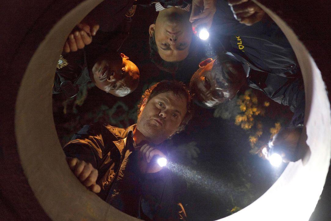 Innerhalb von drei Tagen müssen Backstrom (Rainn Wilson, unten), Officer Moto (Page Kennedy, l.), Peter (Kristoffer Polaha, oben) und Almond (Dennis... - Bildquelle: 2015 Fox and its related entities. All rights reserved.