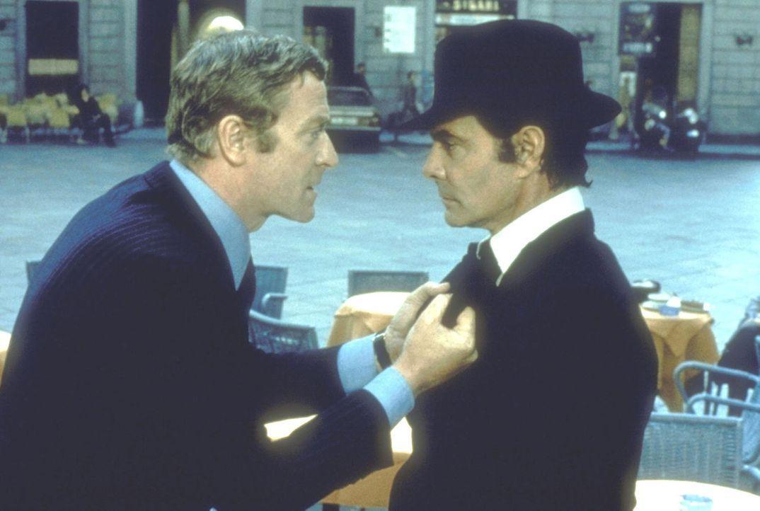 Wer betrügt hier wen? Doc Fletcher (Michael Caine, l.) kommt Prince di Siracusa (Louis Jourdan, r.) auf die Schliche ... - Bildquelle: Columbia Pictures