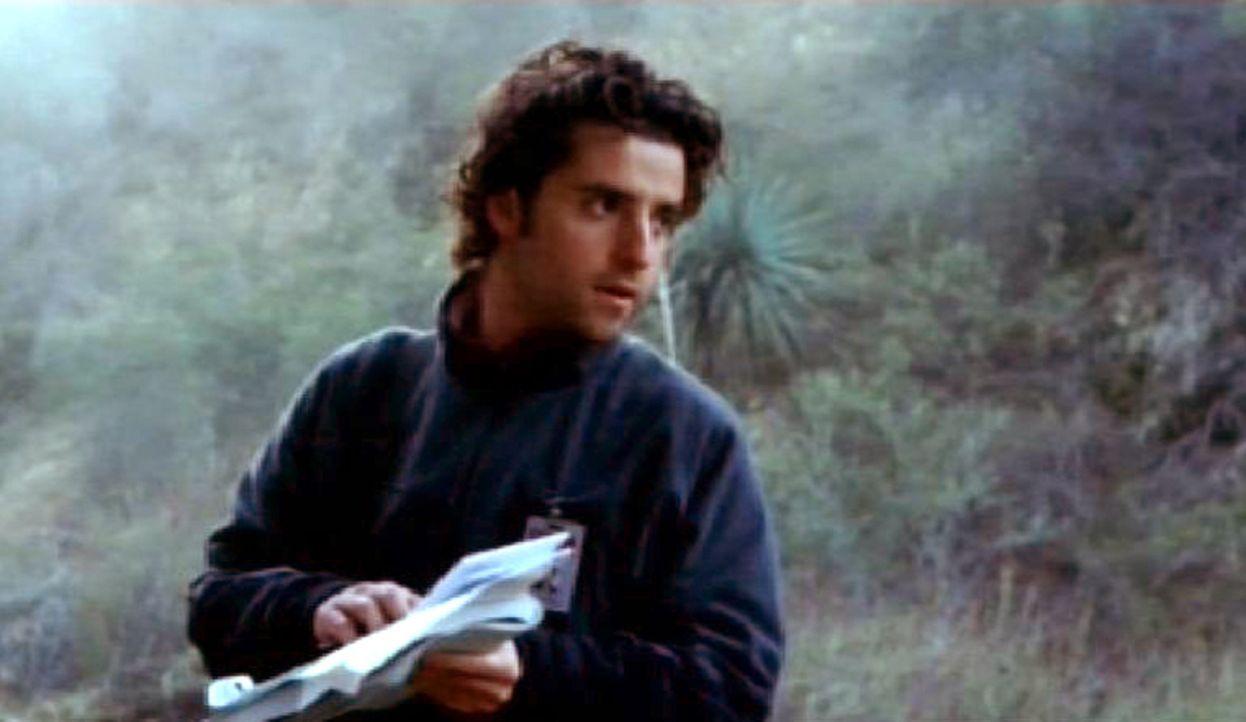 Charlie Eppes (David Krumholtz) untersucht die Absturzstelle ... - Bildquelle: Paramount Network Television