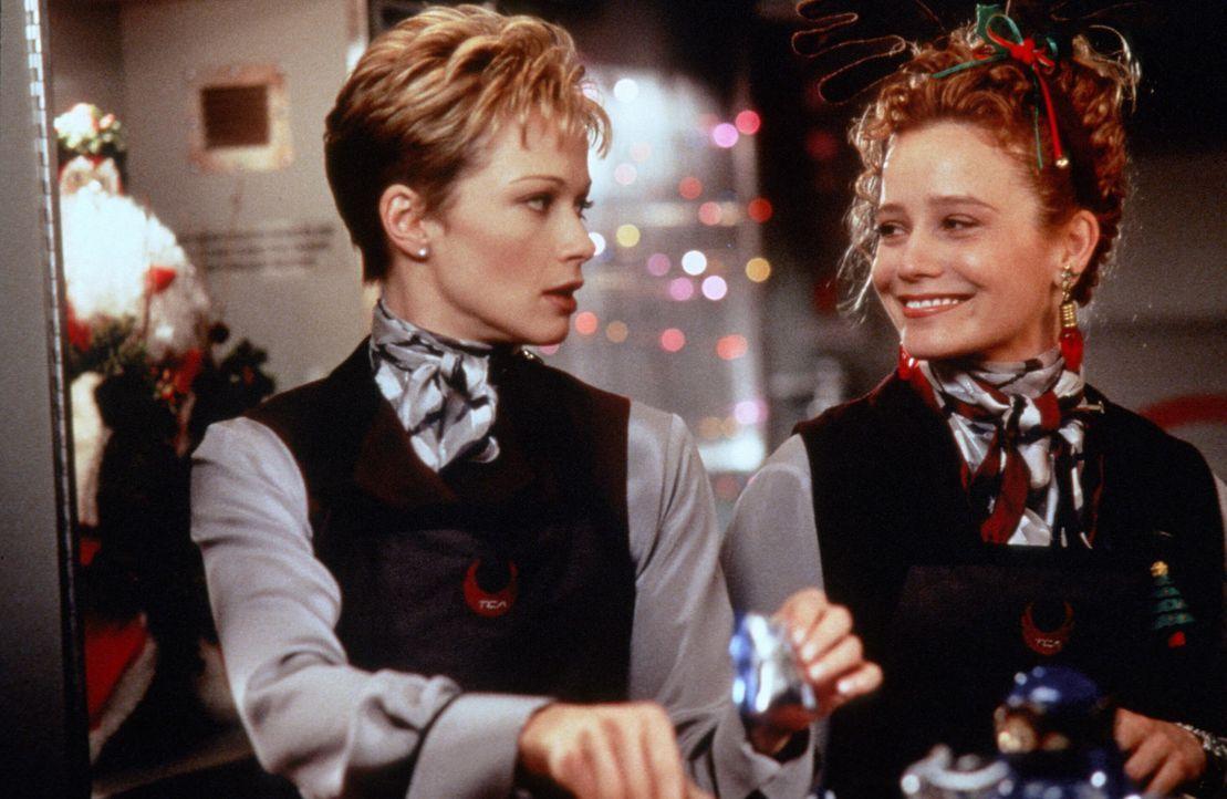 Teri Halloran (Lauren Holly, l.); Betty (Heidi Kling, r.) - Bildquelle: Paramount Pictures International Ltd.