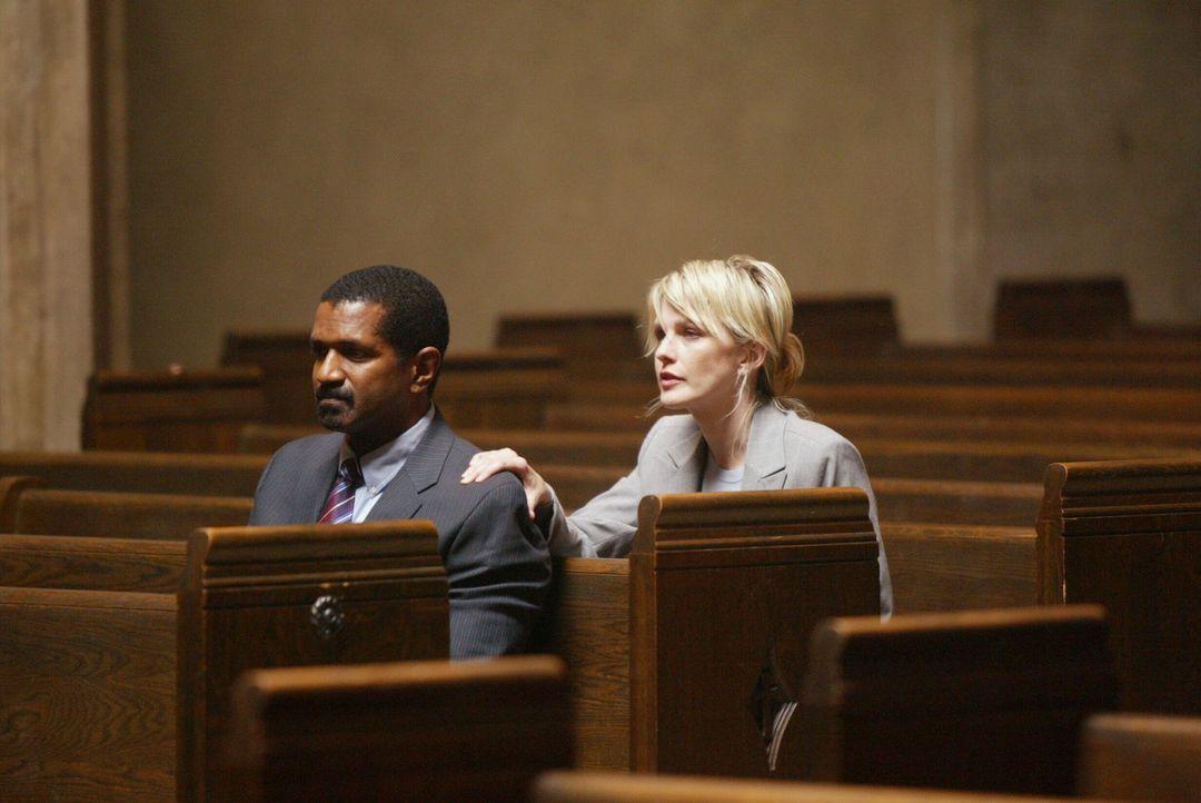 Det. Lilly Rush (Kathryn Morris, r.) redet Tucker (Riff Hutton, l.) ins Gewissen … - Bildquelle: Warner Bros. Television
