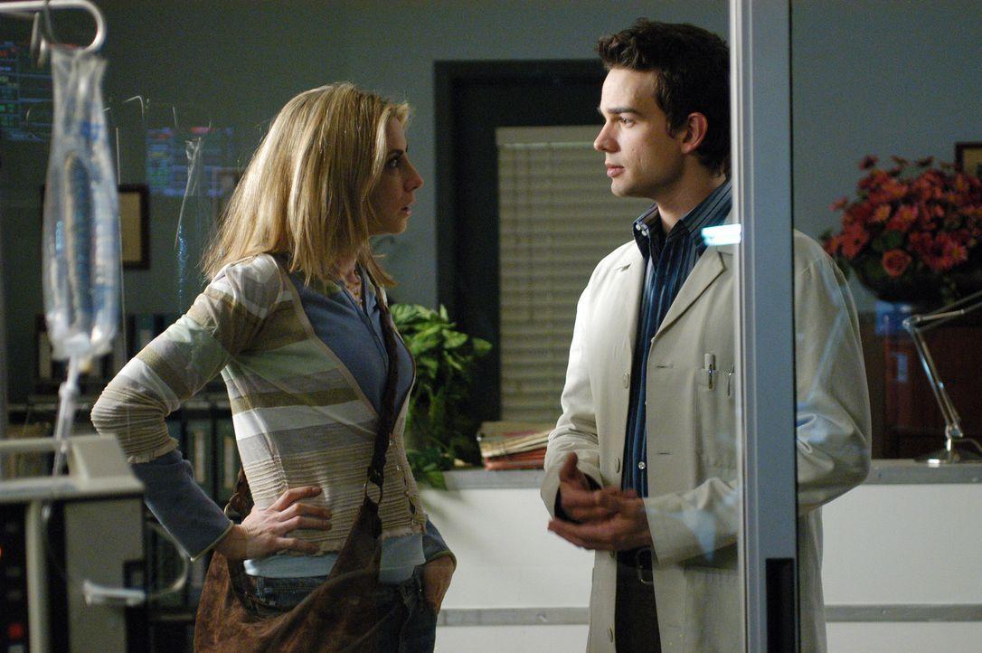Holly (Yvonne Jung, l.) erzählt Miles (Christopher Gorham, r.) ihre Bedenken ... - Bildquelle: CBS Television