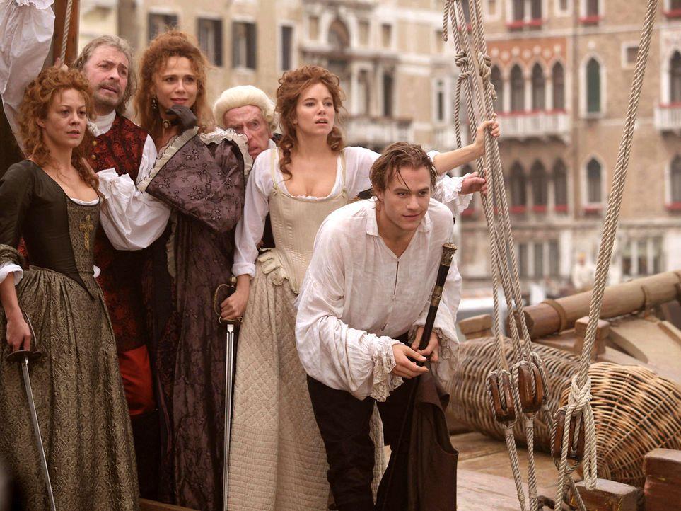 Keine kann ihm, Casanova (Heath Ledger, vorne), widerstehen: Mama Casanova (Helen McCrory, l.), Andrea (Lena Olin, M.) und Francesca (Sienna Miller,... - Bildquelle: Buena Vista Pictures. All rights reserved