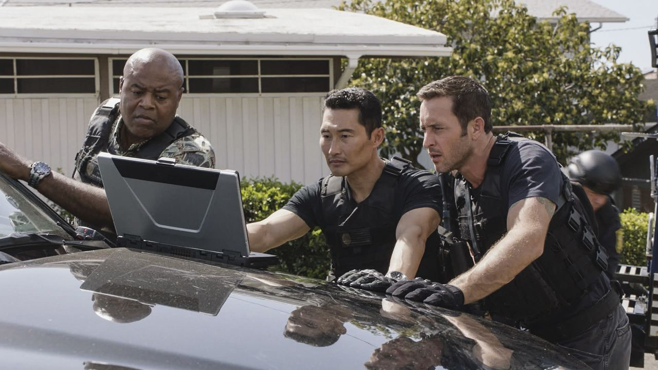 Müssen die Entführung einer wohlhabenden Frau aufklären: Steve (Alex O'Loughlin, r.), Chin (Daniel Dae Kim, M.) und Grover (Chi McBride, l.) ... - Bildquelle: Norman Shapiro 2016 CBS Broadcasting, Inc. All Rights Reserved / Norman Shapiro