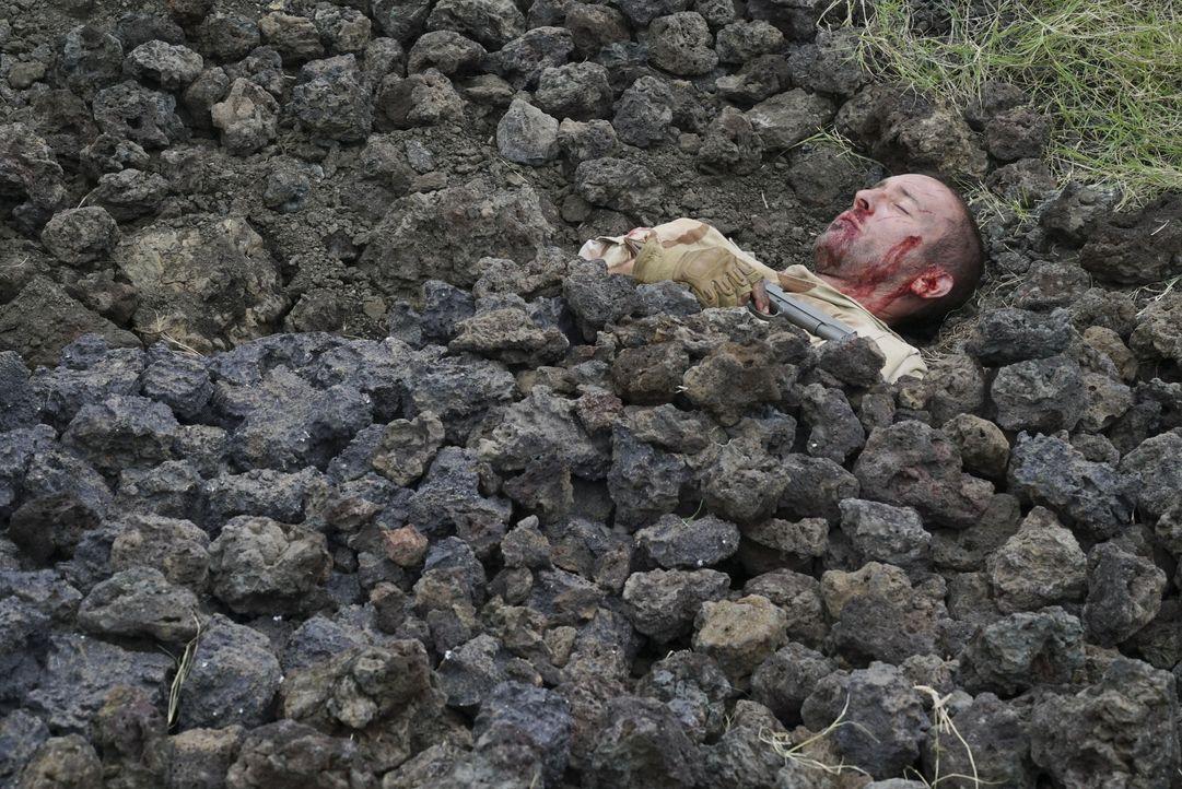 Kann sich Steve McGarretts (Alex O'Loughlin) aus dieser misslichen Lage befreien? - Bildquelle: 2018 CBS Broadcasting, Inc. All Rights Reserved