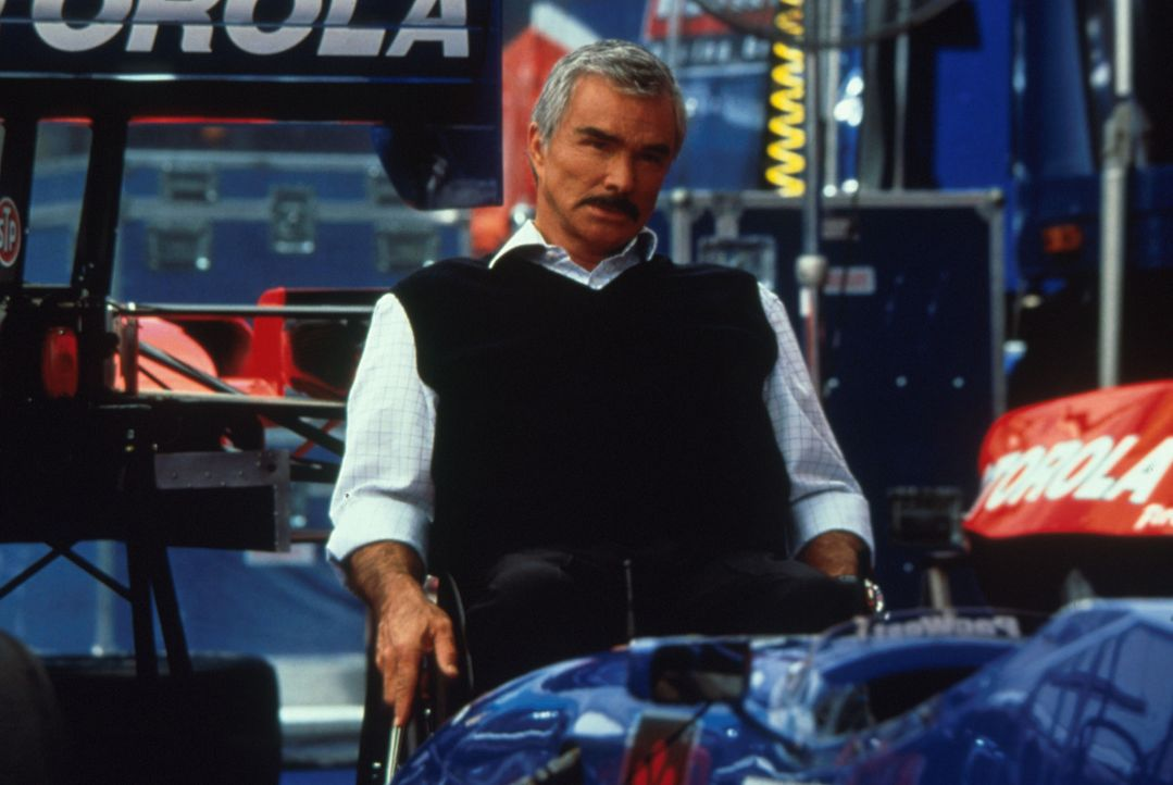 Als sein begabter Nachwuchsfahrer den erhofften Erfolg vermissen lässt, engagiert Teamchef Carl Henry (Burt Reynolds) den ehemaligen Rennfahrer Joe... - Bildquelle: Warner Bros.