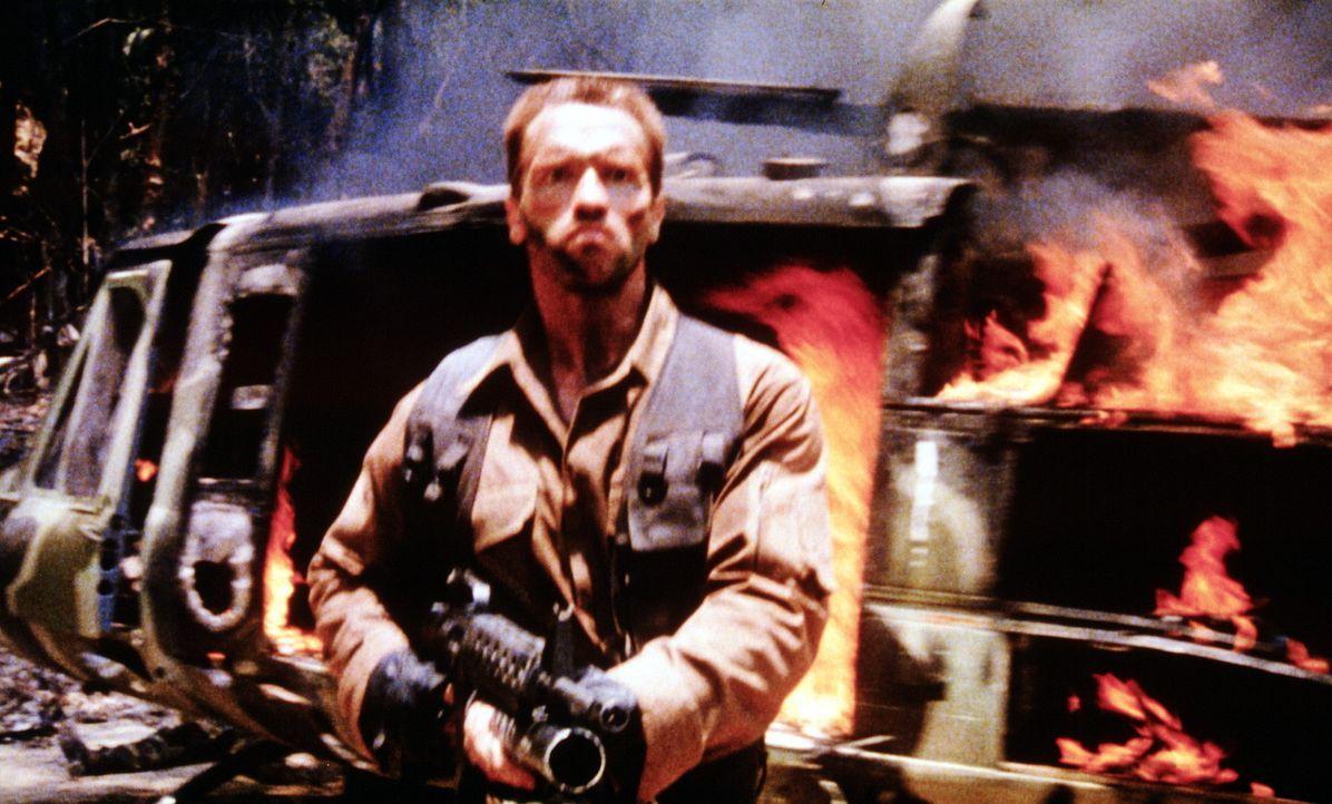 Dutch (Arnold Schwarzenegger) hat die Faxen dicke - er will sich dem unsichtbaren Wesen, dem Predator, stellen ? - Bildquelle: 20th Century Fox Film Corporation