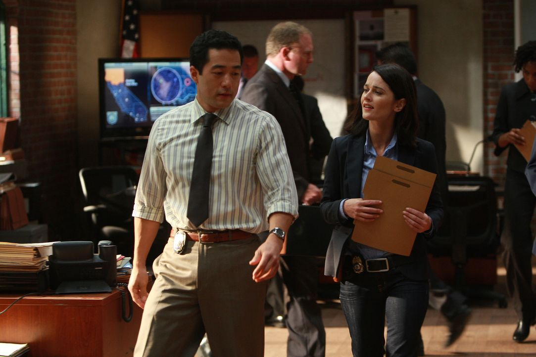 Kommen dem Rätsel um den Mord das reichen Investmentbanker Jason Sands immer näher: Kimball Cho (Tim Kang, l.) und Teresa Lisbon (Robin Tunney, r.)... - Bildquelle: Warner Bros. Television
