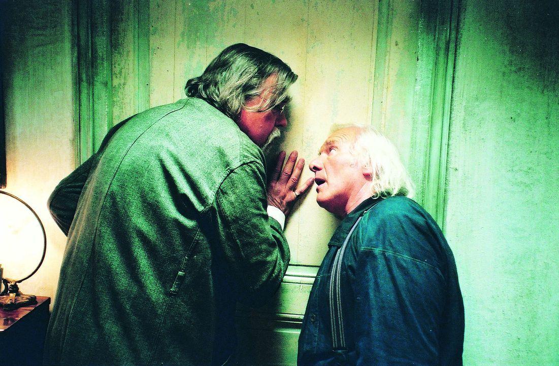 Pater Jacques (Julos Beaucarne, r.) hört eines Abends Schreie aus dem Zimmer von Stangersons (Michael Lonsdale, l.) Tochter. Erst nachdem sie es sc...