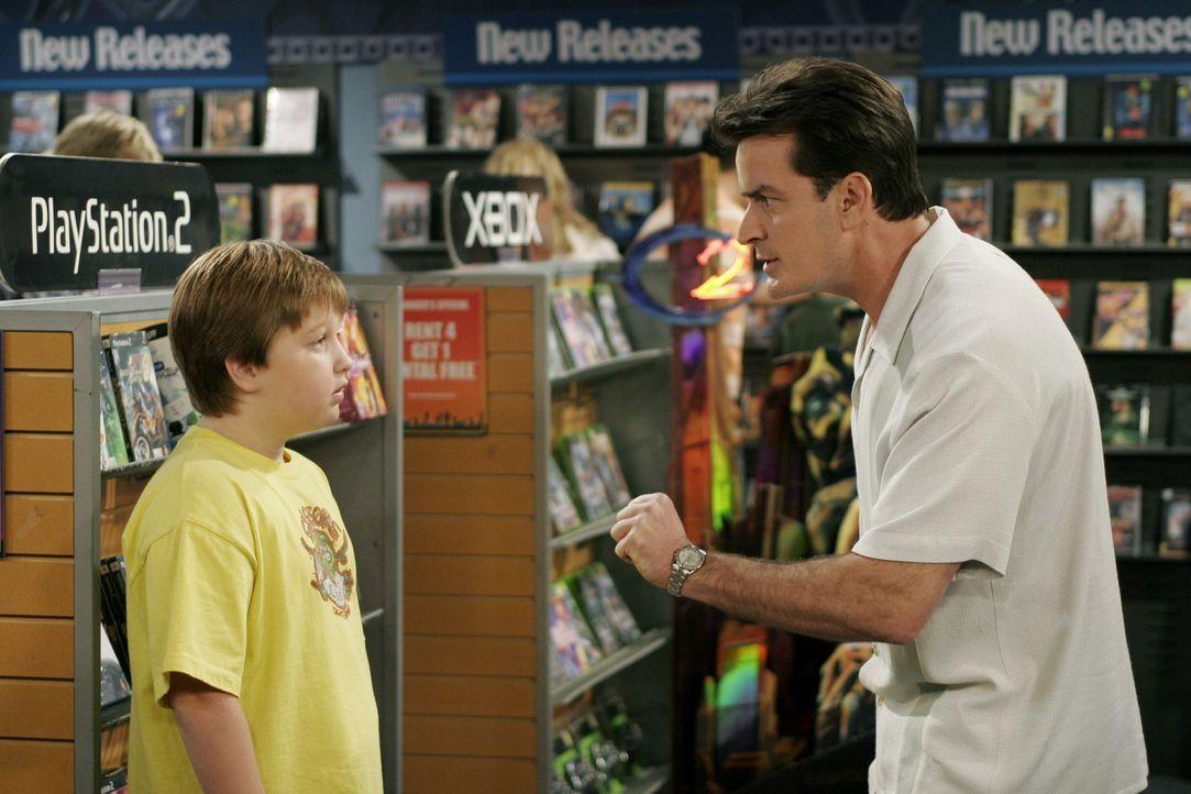Jake (Angus T. Jones, l.) setzt seinen Willen gegen Charlie (Charlie Sheen, r.) durch und lässt sich von seinem entnervten Onkel auf der Suche nach... - Bildquelle: Warner Brothers Entertainment Inc.