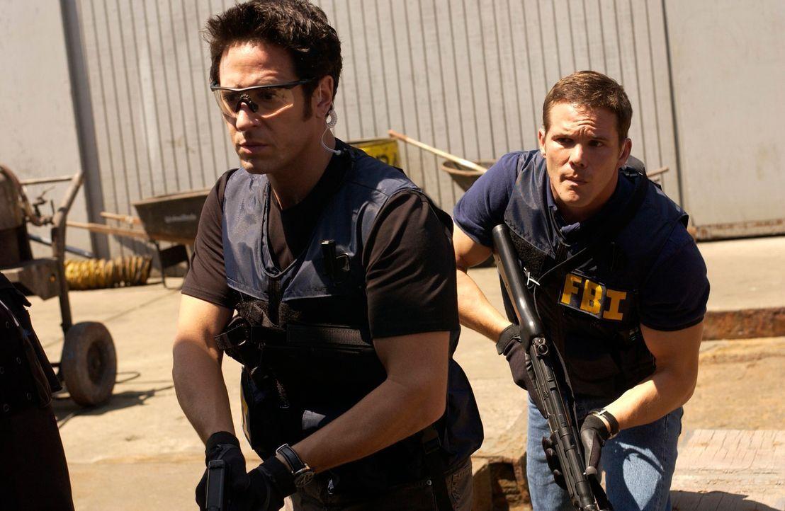 Ein Wettlauf mit der Zeit: Don Eppes (Rob Morrow, l.) und Colby Granger (Dylan Bruno, r.) ... - Bildquelle: Paramount Network Television
