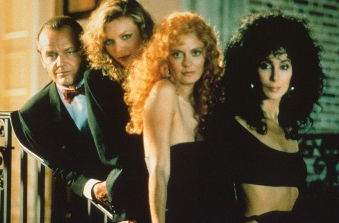 Die fabelhaften Eastwick-Girls: Alex (Cher, r.), Jane (Susan Sarandon, 2.v.r.) und Sukie (Michelle Pfeiffer, 2.v.l.) sehnen sich nach einem Traumman... - Bildquelle: Warner Bros.
