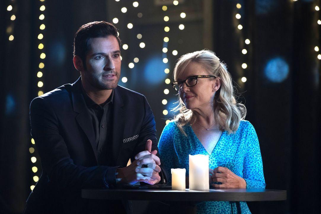 Linda (Rachael Harris, r.) hat einige Probleme mit Lucifers (Tom Ellis, l.) Plan, seine Mutter und seinen Vater um jeden Preis für ihre Taten zahlen... - Bildquelle: 2016 Warner Brothers