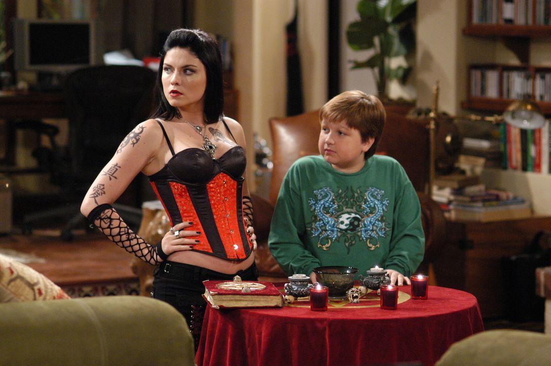 Jake (Angus T. Jones, r.) nimmt an einer spirituellen Sitzung von Isabelle (Jodi Lyn O'Keefe, l.) teil ... - Bildquelle: Warner Brothers Entertainment Inc.
