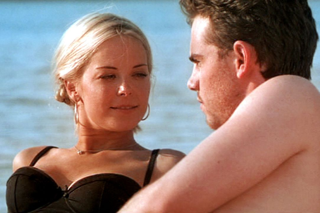 Während Paul (Rider Strong, r.) und Karen (Jordan Ladd, l.) sich beim Baden näher kommen, hat Bert eine grauenvolle Begegnung mit schrecklichen Fo... - Bildquelle: Tiberius Film