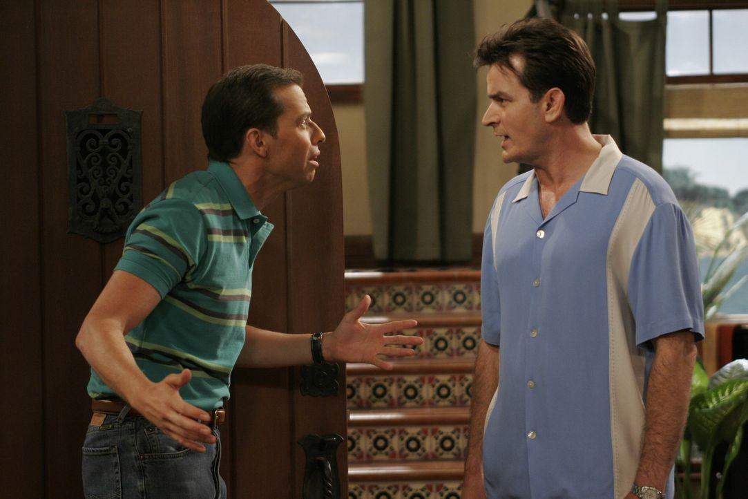 Wie so oft kriegen sich Alan (Jon Cryer, l.) und Charlie (Charlie Sheen, r.) wegen einer Kleinigkeit in die Haare, aber dieses Mal eskaliert der Str... - Bildquelle: Warner Brothers Entertainment Inc.