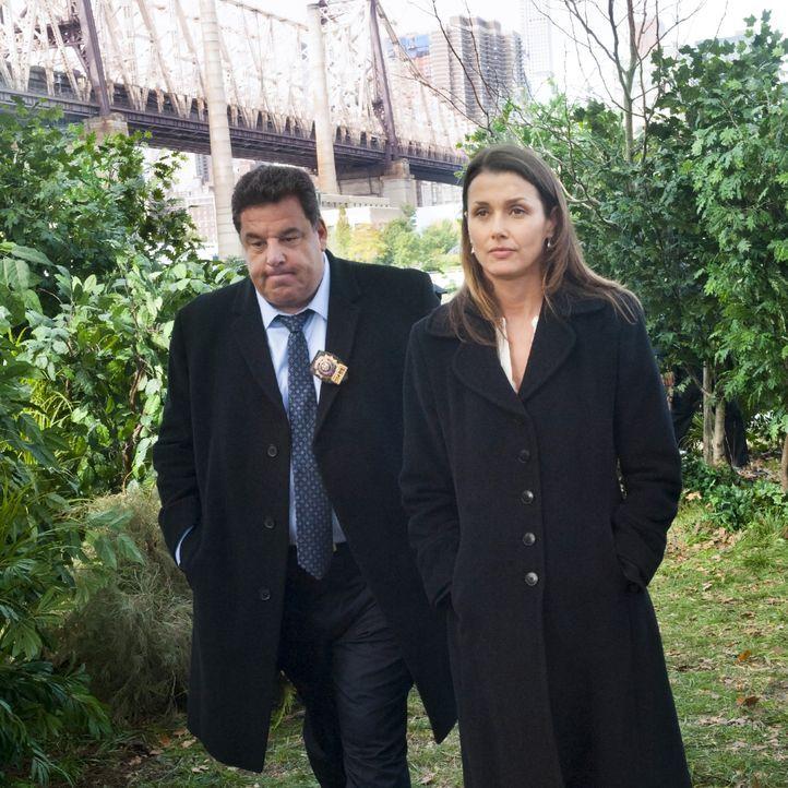 Erin (Bridget Moynahan, r.) und Anthony (Steve Schirripa,l.) finden eine ermordete Prostituierte in einem Gebüsch. War sie die mysteriöse zweite Aug... - Bildquelle: Jeffrey Neira 2015 CBS Broadcasting Inc. All Rights Reserved.