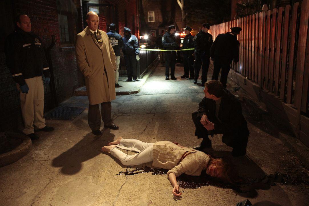 Als eine Frau ermordet wird, beginnt Detective Al Burns (Dylan Walsh, r.) zusammen mit seinem Kollegen Mike Costello (Michael Gaston, 2.v.l.) mit de... - Bildquelle: 2011 CBS Broadcasting Inc. All Rights Reserved.